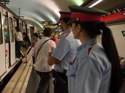 Mossos d'Esquadra en el Metro de Barcelona.