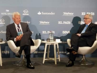 """El presidente de la Comisión Europea, Jean-Claude Juncker, junto al expresidente español Felipe González, durante la conferencia organizada este miércoles por el diario """"El País"""" en Bruselas."""
