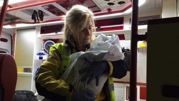 Una trabajadora del Samur asiste a la bebé abandonada en Tetuán