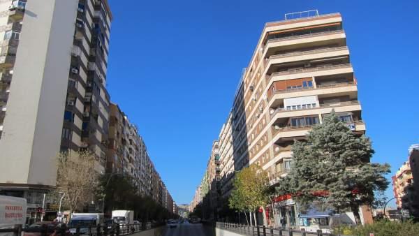 Vista de la avenida de Andalucía de Jaén con el paso subterráneo en primer plano