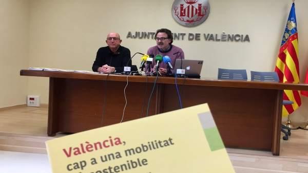 El concejal y el responsable de la guía presentan el proyecto en rueda de prensa