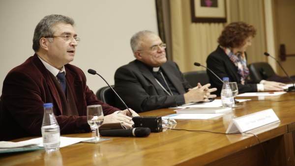Domínguez (izda.) junto al obispo, durante su ponencia