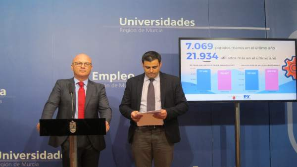 Juan Hernández, a la izquierda, en la rueda de prensa