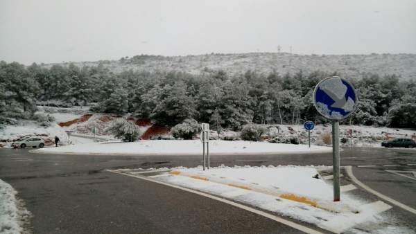 Classes suspeses i rescat de vehicles en diverses poblacions de la Comunitat Valenciana per la neu