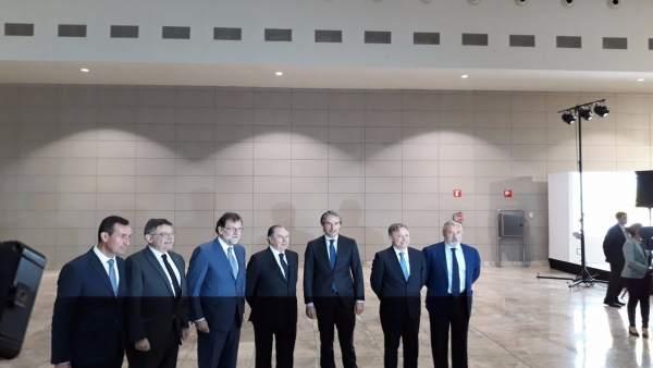 Mariano Rajoy, tercero por la izq, junto Ximo Puig en el aeropuerto
