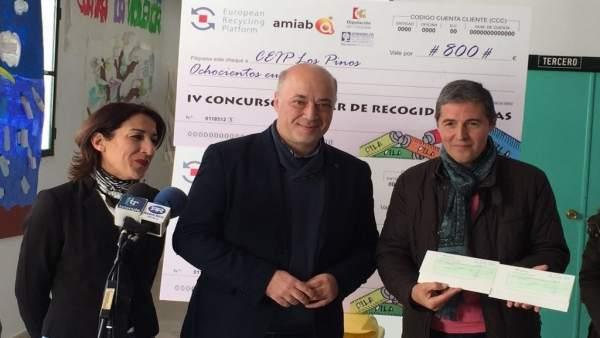 Antonio Ruiz (centro), durante el encuentro mantenido