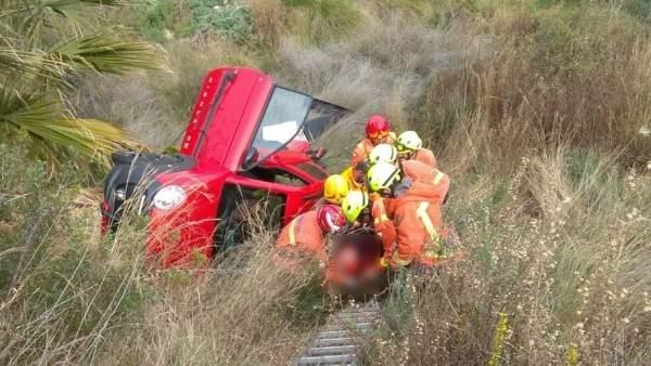 Los bomberos rescatan a la mujer que cayó por un barranco