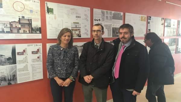 Camacho, junto a dos de los autores del proyecto ganador, en la exposición.