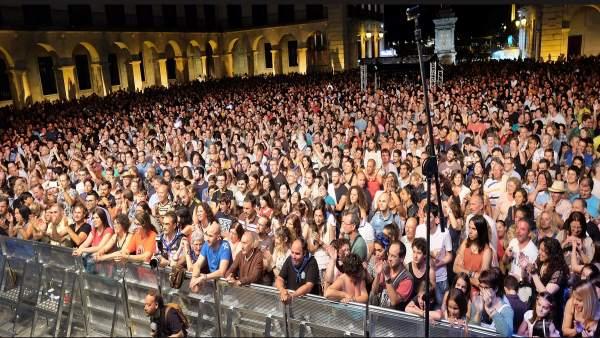 Público en los conciertos de la Plaza Porticada