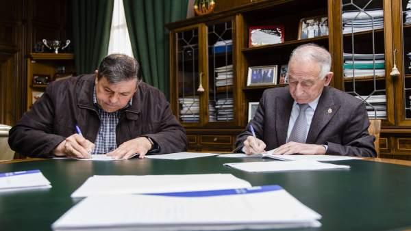 Amat ha firmado el contrato de adjudicación de las obras en Fiñana.