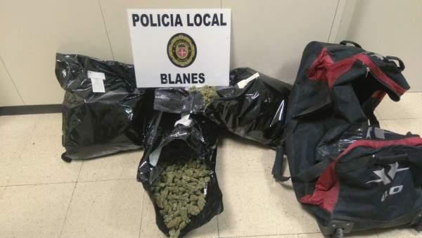 Bolsas con 8 kilogramos de marihuana que han encontrado en un coche