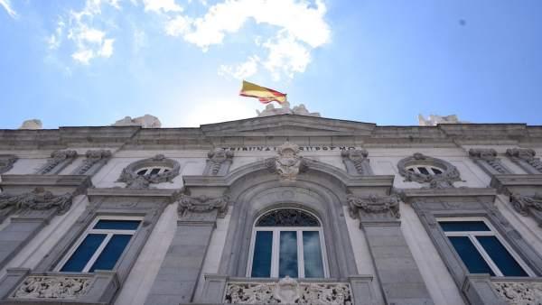 La bandera de España ondea en el Tribunal Supremo