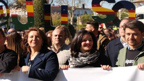 El Pp De Sevilla Participa En La Concentración Por La Equiparación Salarial De P