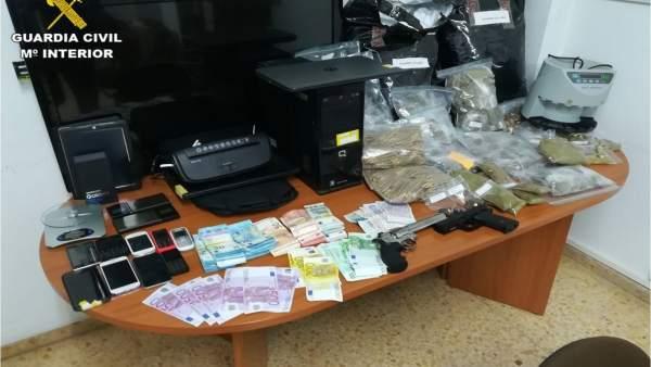 Drogas, dinero y material informatico intervenido en una operación.