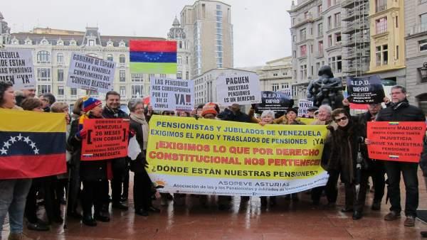 Pensionistas venezolanos se concentran en Oviedo