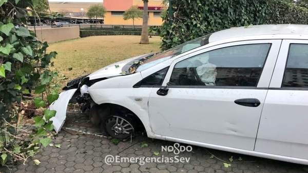 Coche accidentado en la calle Águila Perdicera