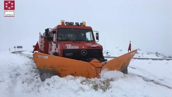 Efectivs de los bomberos de Consorcio deCastellón trabajan para quitar la nieve