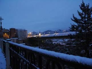 Barandilla del viaducto viejo de Teruel con nieve, al amanecer