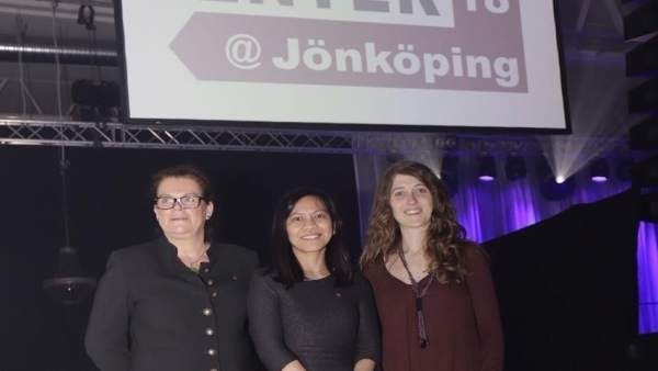 Estela Mariné, a la derecha, con Claudia Brözel e Iis Tussyadiah