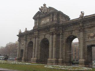 Copos de nieve sobre la Puerta de Alcalá