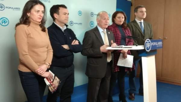 En el centro, el presidente del PP de Almería, Gabriel Amat