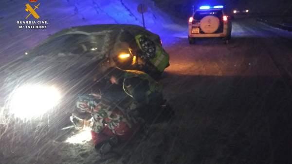 La Guardia Civil auxilia en Huesca a numerosos conductores
