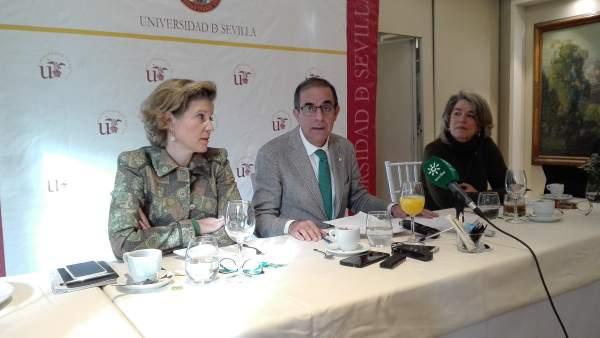 El rector de la US, Miguel Ángel Castro, durante un desayuno informativo