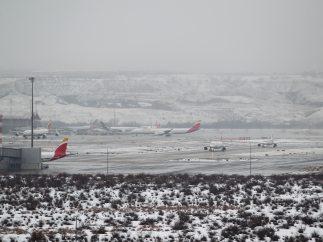 Aviones entre la nieve en la T-4