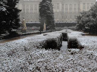 El Palacio Real cubierto de copos de nieve