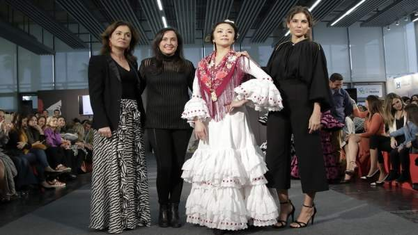 Rocío Terry, Elena López y Lourdes Montes con el vestido reciclado