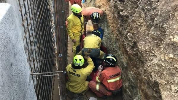 Bombers rescaten un home caigut a una fossa d'uns tres metres quan encofrava a Navarrés (València)
