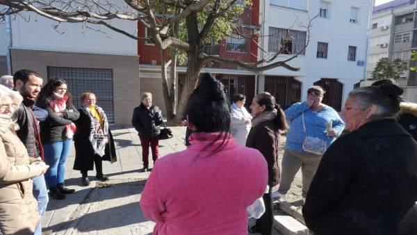 Daniel González Rojas junto con vecinos afectados de la zona