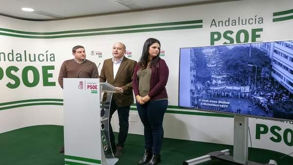 En el centro, Antonio Martínez (PSOE)