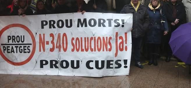 Alcaldes de las poblaciones por donde pasa la N-340 en protesta por los accidentes mortales.