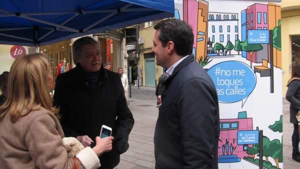 José María Bellido en la recogida de firmas contra el cambio del callejero