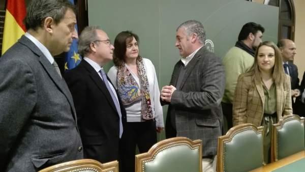 Carnero (centro) habla con Borrego y el presidente de CECO