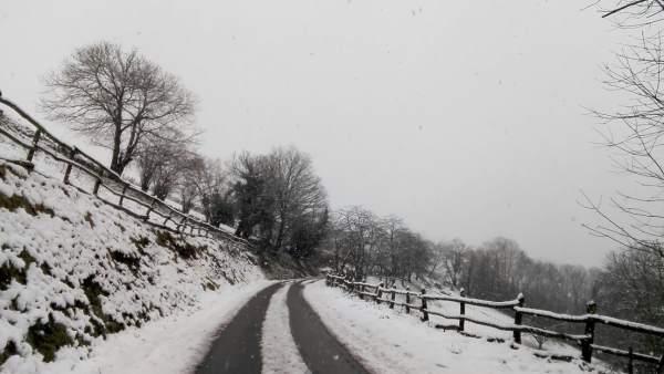 Carretera cubierta de nieve.
