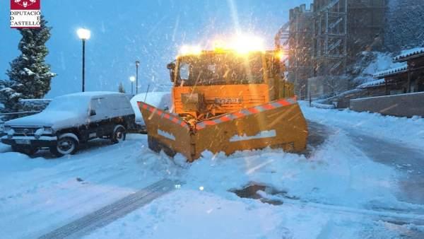 La neu tanca al trànsit sis carreteres a Castelló