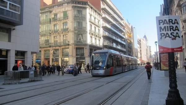 Tranvía a su paso por el Coso de Zaragoza