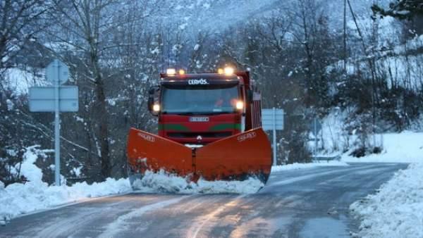 Una máquina quitanieves limpia la carretera de acceso a Llessui (Pallars Sobirà).