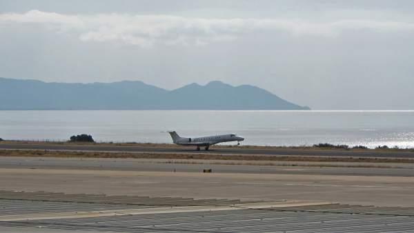 Un avión despega en el Aeropuerto de Almería