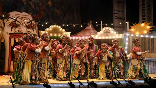 Comparsa del Carnaval de Cádiz cantando en el Teatro Falla