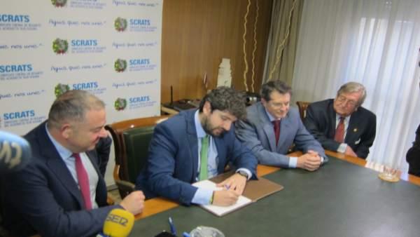 Fernando López Miras, firma el Manifiesto Levantino por el Agua