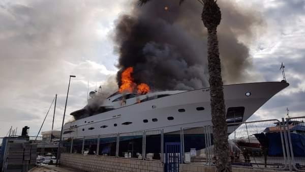 Un vaixell de 30 metres d'eslora s'incendia al dic sec de Sant Gabriel, a Alacant