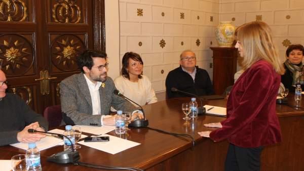 Anna Martí, a la derecha, en el pleno del Ayuntamiento de La Seu d'Urgell