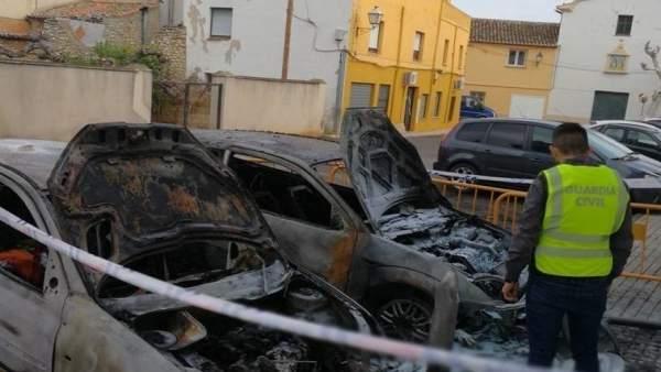 Detingut per cremar dos cotxes de familiars i amics de la seua exparella a Ondara