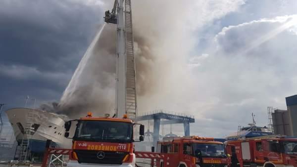 Deu persones ateses en l'incendi d'un vaixell en el dic sec de Sant Gabriel, a Alacant