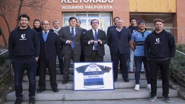 Guzmán y Caruz, en el centro con la camiseta patrocinada