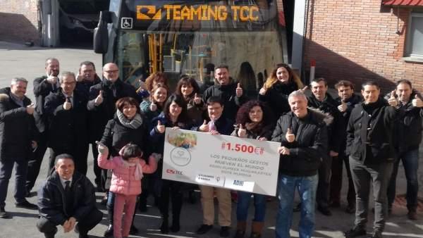 Entrega del cheque valorado en 1.500 euros de TCC al proyecto Ayudamos a Nerea