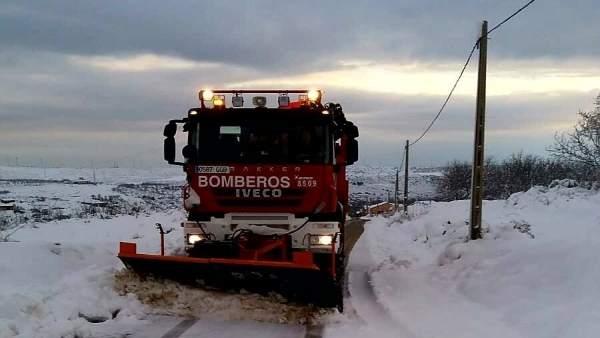 Un vehículo de la Diputación de Zaragoza limpia una carretera